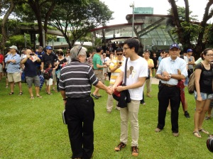 Taking photographs with well-wishers, accepting bills thrust into his palms, shaking the hands of crowds which had gathered wherever he went before the event… This was Mr. Roy Ngerng in the spotlight.