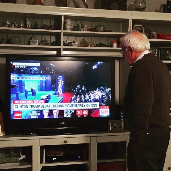Senator Bernie Sanders, watching the first presidential debates (Bernie Sanders / Twitter).