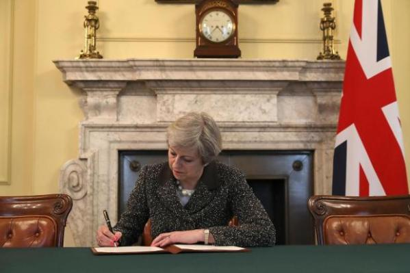 Taken from https://static.standard.co.uk/s3fs-public/styles/article_small/public/thumbnails/image/2017/03/28/22/theresa-may-brexit-letter.jpg.